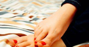 Piedi screpolati, calli e duroni: i sintomi