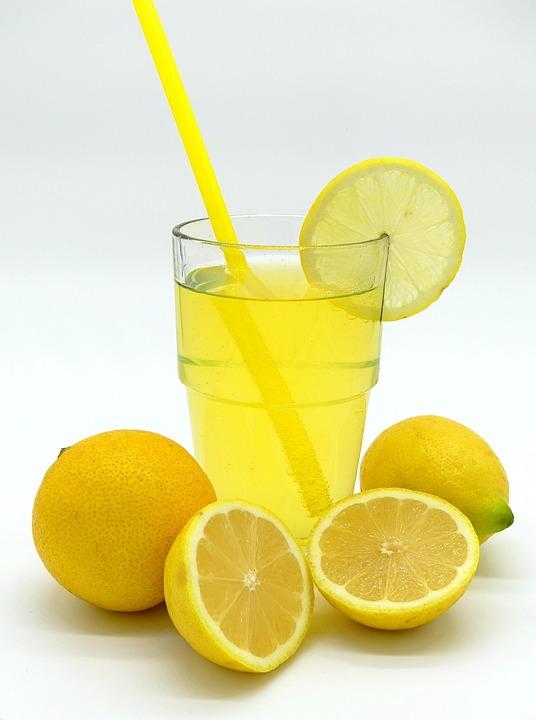 bere ogni giorno acqua e limone