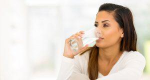 bere acqua a stomaco vuoto