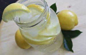 bere acqua e limone a digiuno