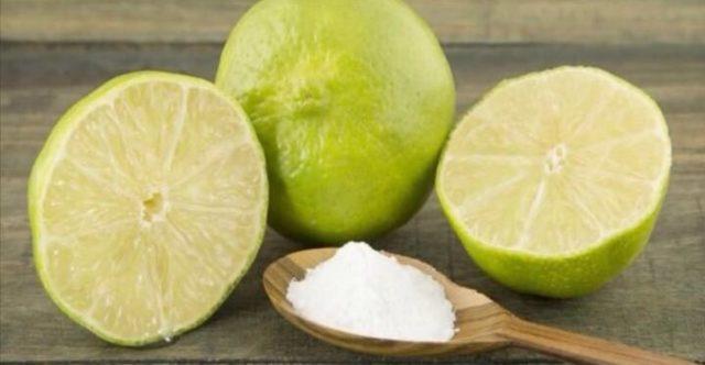 mezzo limone bagnato nel bicarbonato