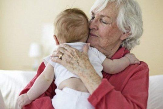 nonni che si occupano dei nipoti